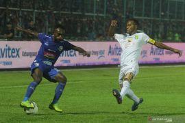 Arema FC boyong Piala Presiden setelah bekuk Persebaya