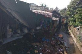 Rumah warga ambruk diterjang banjir di Garut