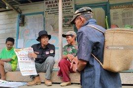 Komisioner KPU Kalsel Eddy Ariansyah naik gunung sosialisasi Pemilu bagi warga buta huruf
