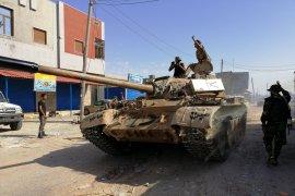 Bom mortir mendarat di pinggir Tripoli