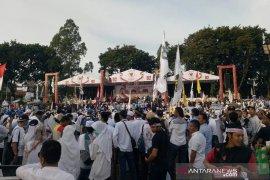 Ribuan pendukung pasangan Prabowo-Sandi mulai padati Alun-Alun Tangerang