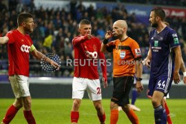 Akibat penonton rusuh, pertandingan liga Belgia dihentikan wasit