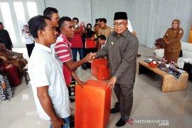 Pelaku usaha mikro dan nelayan di Aceh Barat terima bantuan alat usaha