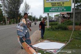 Panwaslih Aceh Jaya turunkan paksa APK yang masih bertebaran