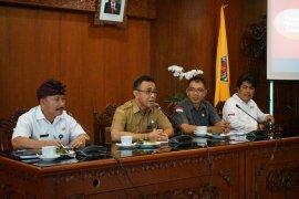 Pemkot-Bawaslu Denpasar bersihkan APK Pemilu 2019
