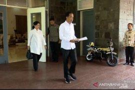 Jokowi kenakan baju putih berangkat dari Istana Bogor ke TPS