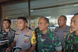 Aparat gabungan Polri dan TNI amankan dua warga picu kericuhan TPS 27 Kwamki Timika