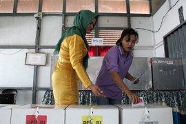 Petugas TPS Lapas wanita gunakan baju adat Melayu Pontianak