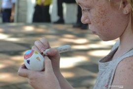 Wisman ikuti lomba melukis telur Paskah