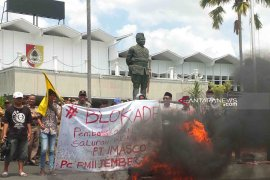 Demo PMII tolak pembongkaran irigasi diwarnai robohnya pagar Pendapa Jember