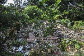 Makam dijadikan tempat sampah