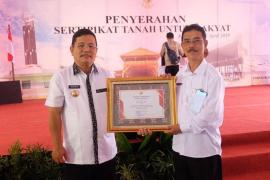 Bupati Sekadau Terima Penghargaan Sertifikat Hak Atas Tanah Dari Menteri ATR