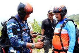Danlanud SIM tantang Bupati Aceh Besar jajal paralayang