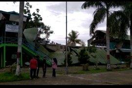 Pondasi Gedung SMP dan SD di Pontianak yang roboh masih menggunakan kayu