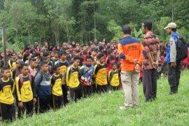 Ratusan siswa SMPN 1 Sukapura simulasi erupsi Gunung Bromo