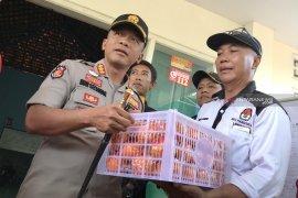 Bagikan 9 kg jeruk, Kapolrestabes Surabaya tinjau PSU Lidah Kulon (Video)