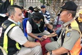 Petugas kesehatan disiapkan saat coblosan ulang di TPS Surabaya