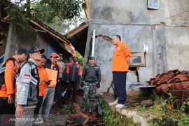 Pengungsi akibat pergeseran tanah di Kampung Gunungbatu terus bertambah