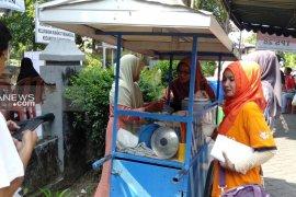 Warga Rungkut Menanggal Surabaya nikmati makanan gratis usai PSU di TPS 28 (Video)