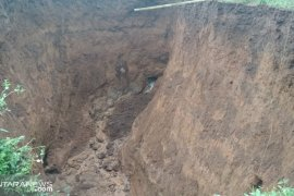 Sungai bawah tanah akibatkan lubang besar di pesawahan Sukabumi