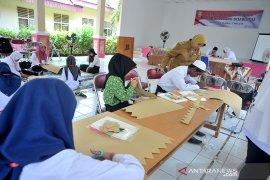 Siswa dan guru SLB belajar keterampilan kain jumputan Palembang Page 1 Small