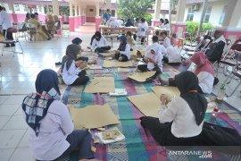 Siswa dan guru SLB belajar keterampilan kain jumputan Palembang Page 4 Small