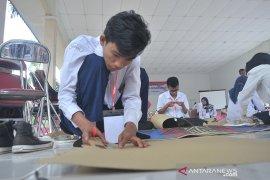 Siswa dan guru SLB belajar keterampilan kain jumputan Palembang Page 5 Small