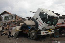 Truk tangki meledak satu orang meninggal di Surabaya