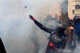 Polisi tembakkan gas air mata ke peserta pertemuan Hari Buruh