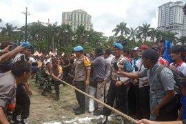 Peringati Hari Buruh, TNI-Polri lawan wartawan lomba  tarik tambang