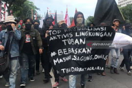 Polisi Surabaya membubarkan massa berpakaian serba hitam