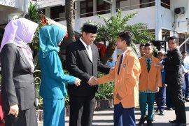 Mas Abu serahkan penghargaan siswa berprestasi saat Hardiknas