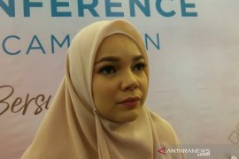 Dewi Sandra membatasi kegiatan luar rumah selama Ramadan