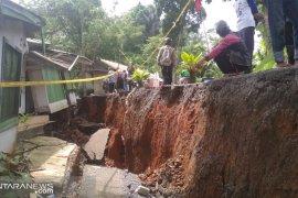 Puluhan rumah rusak berat akibat bencana pergeseran tanah di Sukabumi