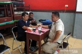 Petugas kesehatan siaga di lokasi penghitungan suara di Aekkanopan