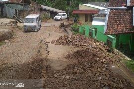 Rumah rusak berat akibat pergeseran tanah di Sukabumi makin bertambah