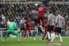 Liverpool menang di markas Newcastle untuk kembali ke posisi puncak