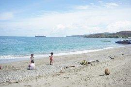 Warga benahi objek wisata pantai Kawasi di Halsel