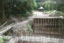 Pengunjung Bukit Kaba keluhkan pembangunan jembatan yang terbengkalai