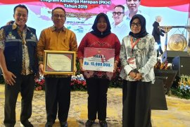 Tabalong PKH assistant wins the best testimonial video competition