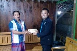 KPU Ngawi serahkan santunan bagi penyelenggara pemilu yang sakit