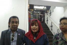 """Dewi Tanjung laporkan Amien Rais dan lainnya terkait """"people power"""""""