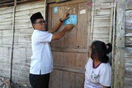 Dinsos Rejang Lebong pasang stiker di rumah keluarga miskin
