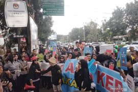 Puluhan ibu aksi pukul panci di depan kantor KPU Jabar
