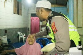Polantas Polres Aceh Utara bangunkan  warga bersahur