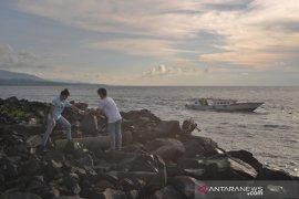 Konsul Amerika Serikat gelar  acara bersih Pantai Manado Page 2 Small