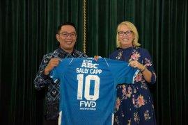 Ridwan Kamil beri Jersey Persib Bandung ke Wali Kota Melbourne
