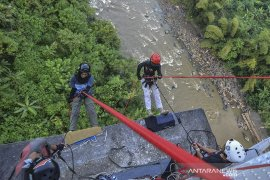 Ngabuburit reppling di jembatan Cirahong
