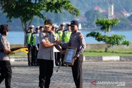 Kapolda Maluku beri penghargaan bagi polisi selamatkan petugas PLN