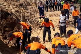 Enam penambang selamat setelah 15 jam terkurung longsoran di kawasan Gunung Pongkor